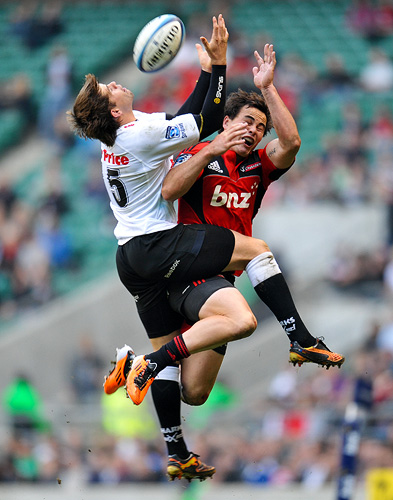 Louis Ludik and Zac Guildford compete for the ball